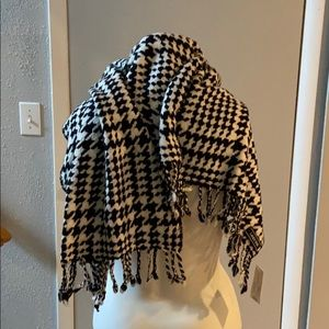 Lands End oblong black and white scarf